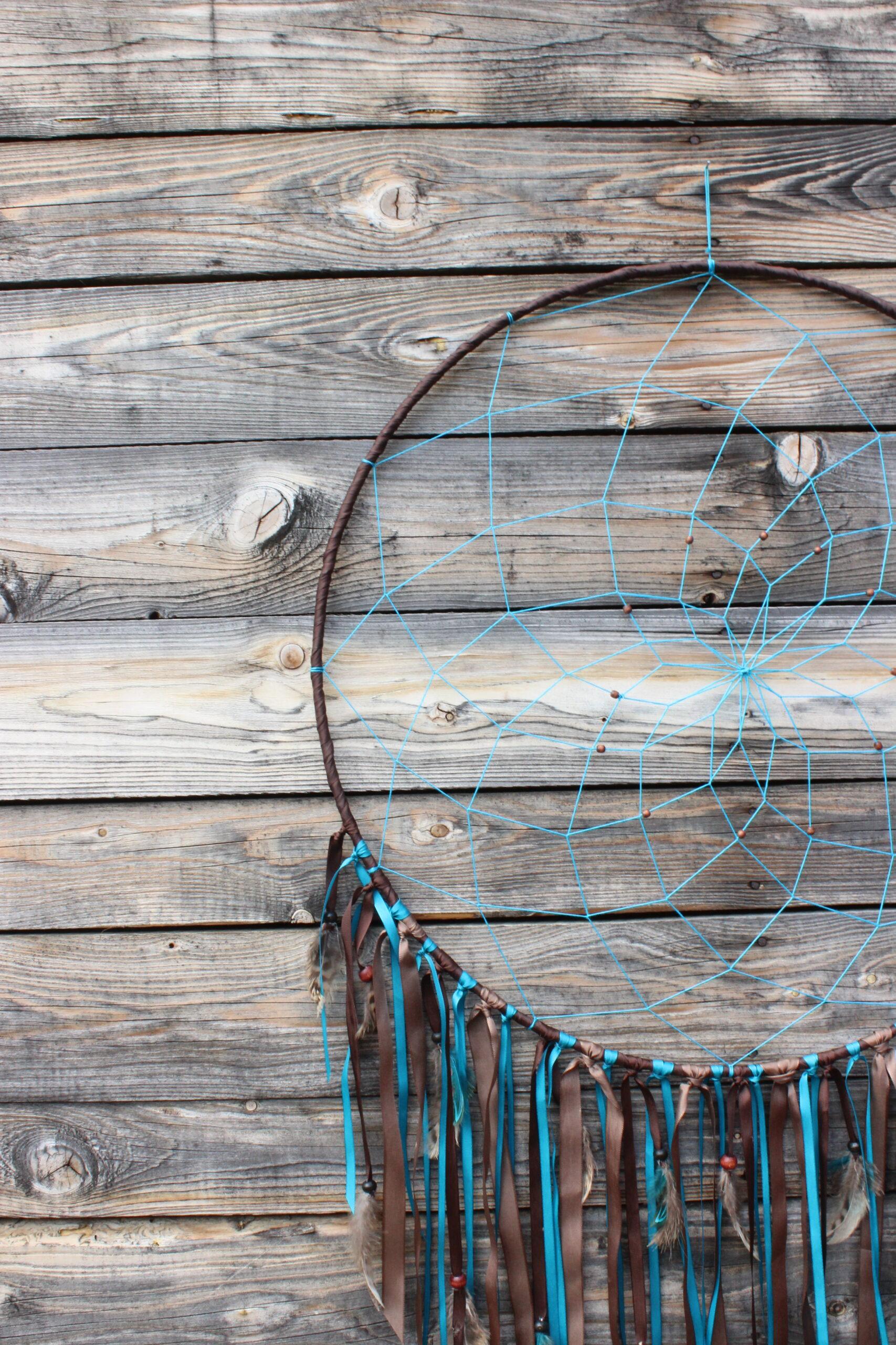 Obří tyrkysovo-hnědý lapač snů od JB tvorba v detailu