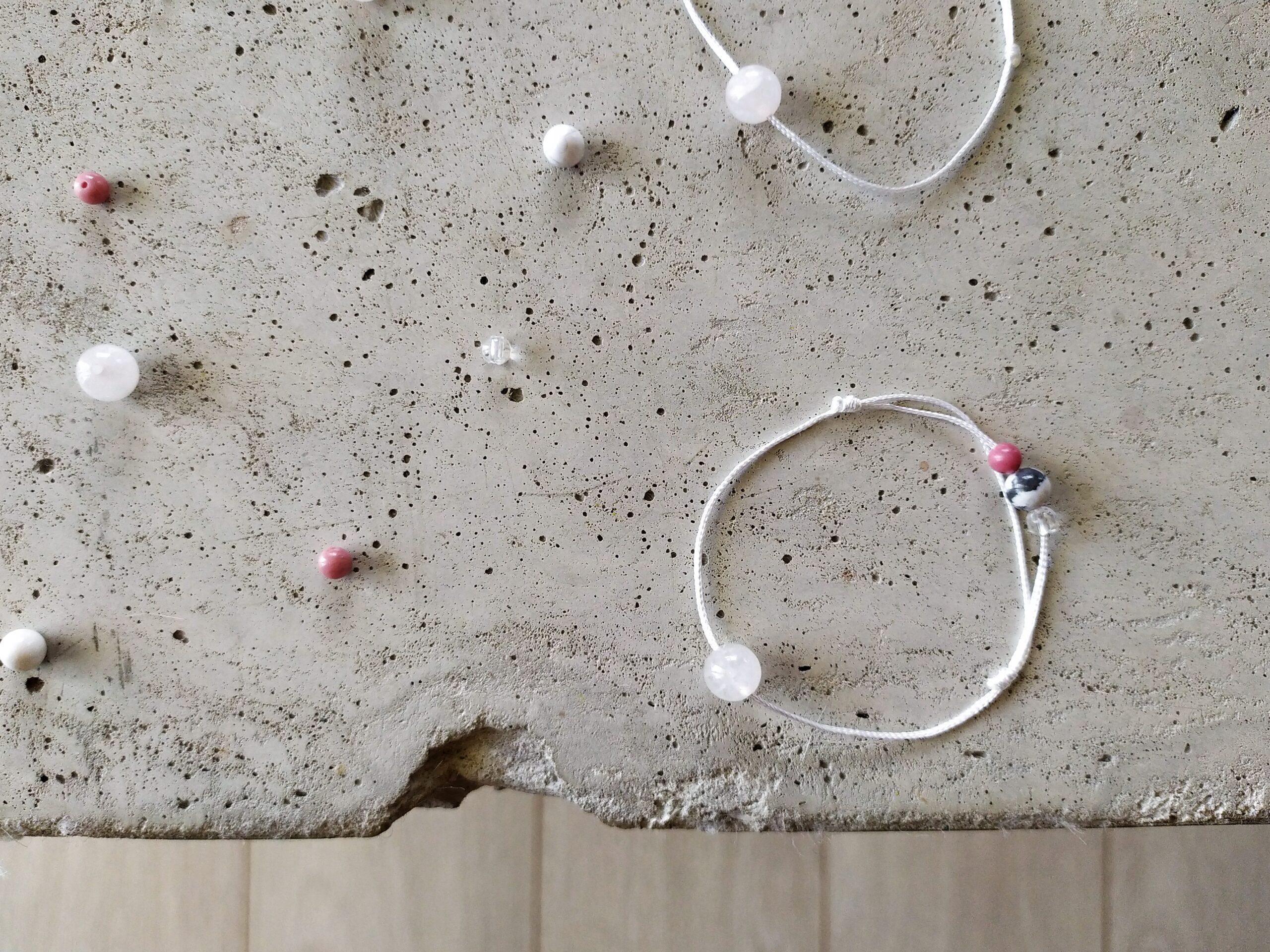 Náramek #ZENYSPOLU ve spolupráci s Uniki na betonové podkladu a s korálky jako dekorací