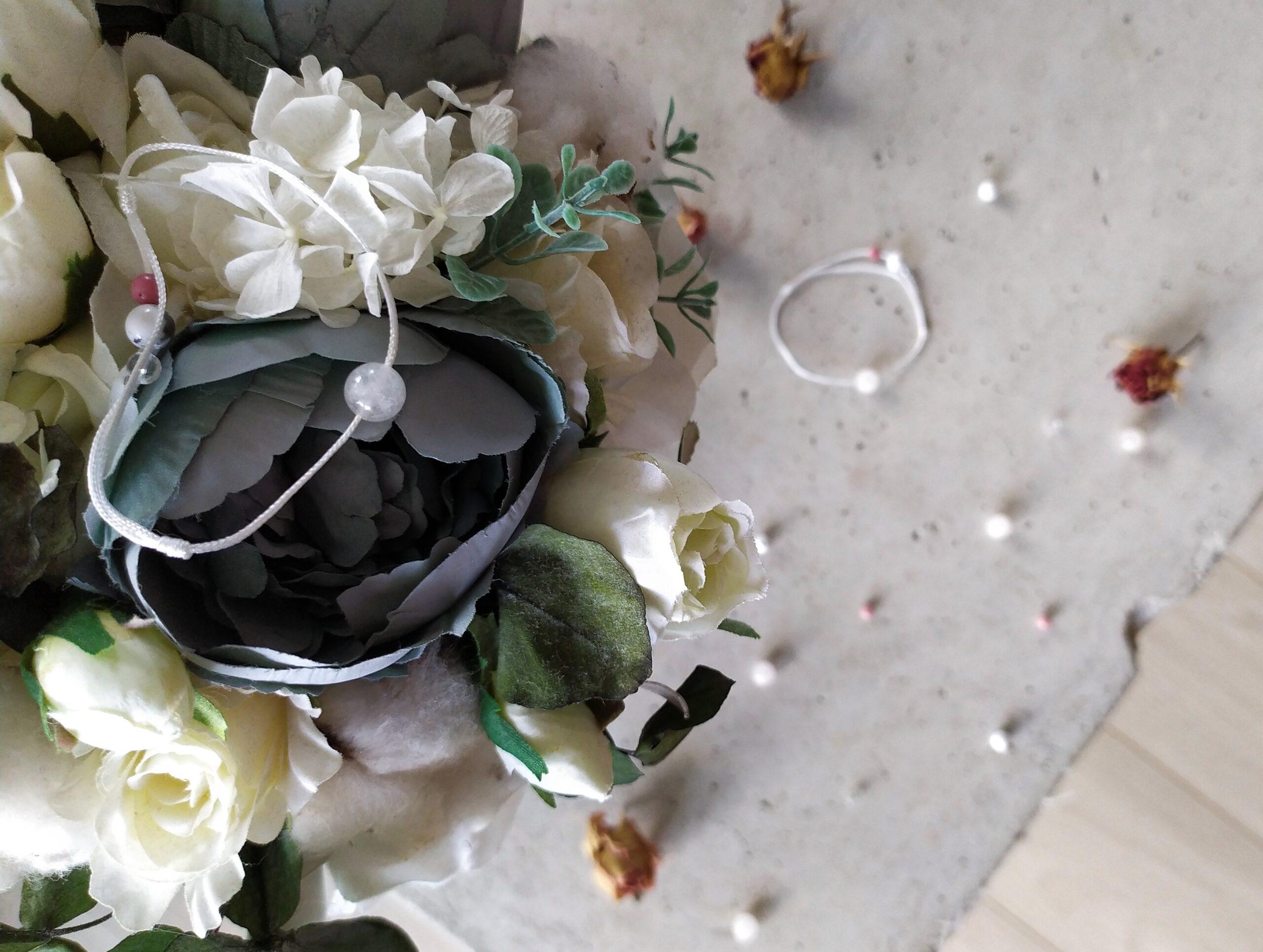Náramek #ZENYSPOLU vytvořený ve spolupráci s Uniki vyfocený na betonovém podkladu s růžemi